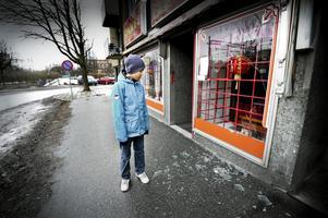 Glassplitter. Cheng Fu, 14 år, kollar in den förstörda glasrutan till sin mammas restaurang.