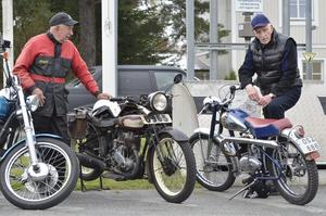 Bror Lundgren med en Husqvarna från 1929 och Rolf Karlsson med en Monark Blue Fighter från 1953 som han haft sedan den var ny.