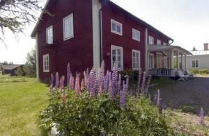 Intill herrgården ligger den gamla prästgården som också den har stora utrymmen och övernattningsmöjligheter.