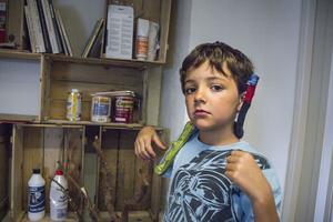 – Ormen kan sitta i trädet eller på axeln så här, säger Enno Hauffman, 8 år.