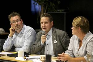 Västjämtlands väls första namn Mikael Sundman svarar på frågor under debattkvällen. Bredvid honom syns Daniel Danielsson (C) och Ulrika Wärvik (FN).