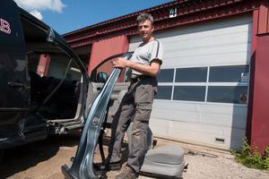 Jan Kvick jobbar inte vid Häggs bildemontering, men hittar mycket bildelar där. Han har hållit på med bilar i cirka 50 år.