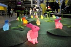 färgglatt. Sagornas värld har inspirerat designern Jan Rundgren till inspirationsutställningen på entrétorget. Till och med kaninerna har fått färg i år. Foto: Jessica Gow