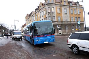En bilist och en busschaufför krockade på Västra Storgatan strax innan klockan tio.BILD: BARBRO ISAKSSON