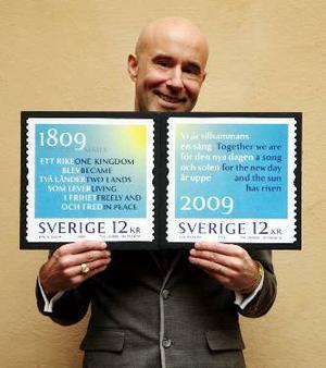 Mark Levengood visar de nya frimärkena där han har bearbetat en text av Strinsberg.                          Foto: Posten