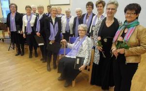 SPF-kören Carpe Diem med sin ledare Rigmor Jareholm och dagens fördragshällare Mona Engberg, till höger. foto: privat