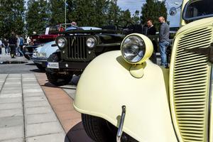 Det var en stor bredd på bilarna under utställningen. Allt från gamla jänkare till Porsche och Volvo.