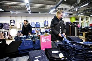 Kanske, kanske inte. Stina Jansson försökte hitta ett par nya jeans på mellandagsreans första dag. Men trots att även kompisen Hanna Örtegren hjälpte till hittades inga fynd.