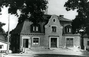 Brandkåren. Ett fotografi från 1940 visar hur det såg ut när nuvarande polisstationen delade lokaler med brandkåren. Foto:Hedemorabild