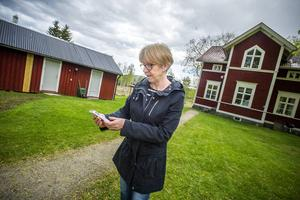 Om Gun Svensson går ut på parkeringen framför huset kan hon få tillräcklig mottagning för att ta emot sms, men många gånger går det varken att skicka eller ta emot. Att genomföra samtal fungerar nästan aldrig.
