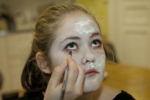 Thea Jegreus, 13 år, förvandlas till en zombie. Först fick hon ett lager textillim smetat i ansiktet, som därefter målades med vit vattenfärg.