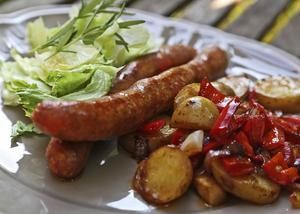 Ox- och lammkorv med paprika och vitlök är en korv för vänner av kryddstark mat.   Foto: Dan Strandqvist