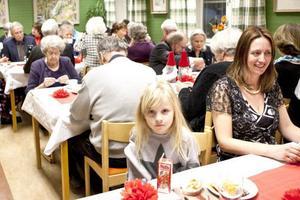Moa Berggren 6 år visste redan under fikastunden att julgransplundring för det mesta brukar innebära godsaker.