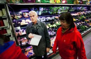 """Sören Jonsson berättar att sortimentet i dagens butiker är ofantligt mycket bredare än när han började arbeta 1954. """"Vindruvor kom bara till jul, då inbäddade i korkflisor"""", säger han."""