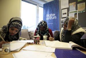 Iqbal Ibrahim, Asha Yusuf och Shamsa Mohamed läser helt olika gymnasieprogram, men har alla glädje av hjälpen de får på Mattecentrum.