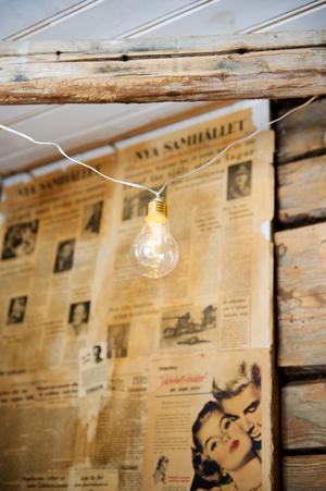 De gamla tidningarna det hittat i väggarna har sparats och får vara som en liten fondvägg i matsalen.