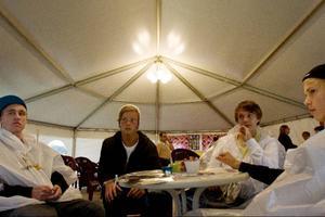 Under ett tält i Badhusparken sitter Oskar Strömberg Joakim Björklund, Simon Agmell och Markus Nordström från Arvesund och Östersund. De sitter och värmer upp sig inför att nästa bra band ska börja.– Maskinen var grymt bra igår, ikväll ska vi se Johnossi och Adam Tensta, säger Oskar.Lyckligtvis tog de inte allt för hårt på beskedet att Nerd ställt in, trots att de planerat in att se dem.– Vi gillar Adam Tensta mer, förklarar Markus– Det som är särskilt kul med yran är väl det att träffa mycket folk på en och samma gång, säger Oskar som också hoppas och tror att Yran kommer finnas kvar i Östersund väldigt länge.