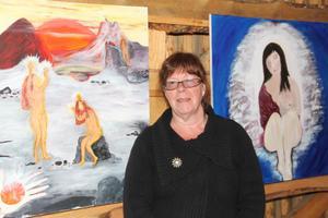 Livlig fantasi är ett viktig skaparverktyg för Gunilla Blom. Här med sina målningar