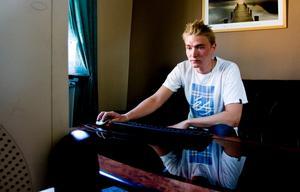 """""""Jag äter bara en gång om dagen"""", säger Fredrik Kesälä om hur han får pengarna att räcka."""