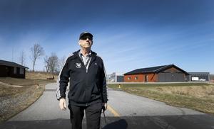 Karl-Ivar Karlsson, vd för Mellingeholm flygplats AB, berättar om planerna på ny hangar och tankanläggning. Men bolaget vill även förlänga banan. – Ett 20-tal intressenter köar för att etablera sig på Mellingeholm, säger Karlsson.