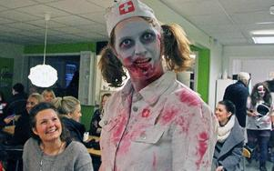 Zombie-sjuksköterskan Emma Bernhard gjorde fikarasten på Entreprenörsskolan till en upplevelse.FOTO: EVA HÖGKVIST