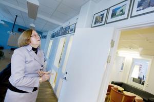 BARBARA ÄGER DEM ALLA. I konferensrummet på huvudkontoret i Täby finns bilder på samtliga Engelska skolor i Sverige.