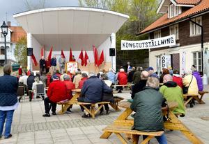 Tradition. Det var många åhörare och partimedlemmar på det socialdemokratiska förstamajfirandet i hamnen.