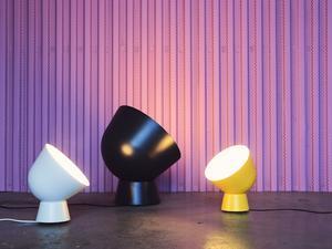 Bordslamporna kan även hängas på väggen.  Designern Ola Wihlborg har hämtat inspiration från gamla militära söklyktor.