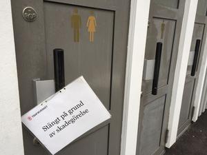 Nödstopp på rastplatserna Råby och Svedvi. Folk har bott på toaletterna och vandaliserat.