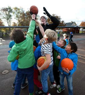 Huvudsyftet med skolbesöken är inte att lära ut basket, utan att eleverna har roligt med bollarna. Adam Vujsic från Borlänge Basket fick både visa tricks och skriva autografer.