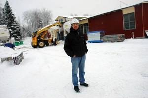 NEDRÄKNING. Tommy Rickardt är platschef vid bygget av det nya badhuset i Tierp. Till våren ska allt vara färdigt. Den röda färgen som syns i bakgrunden är den som badhuset slutligen kommer att ha.