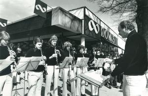 Perry Göransson har på olika sätt arbetat med blåsmusik. Här leder han Ungdomsmusikkåren under en spelning vid Arbogaträffen 1978. Foto: Lennart Forsberg