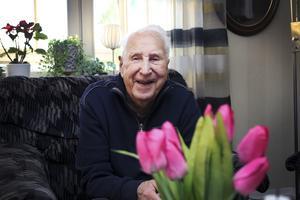 Fyller år. Gustaf Forsell fyller 90 år i dag. Dagen firar han med släkt och vänner. Gustaf är gift med Lisbeth sedan 65 år. De har två döttrar, fem barnbarn och tio barnbarnsbarn.