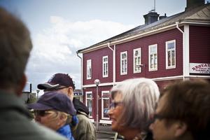 Deltagarna i studiecirkeln fick mycket information om den gamla kafékulturen i Gamla stan. I byggnaden bakom har inrymts kafé under lång tid och med flera ägare.