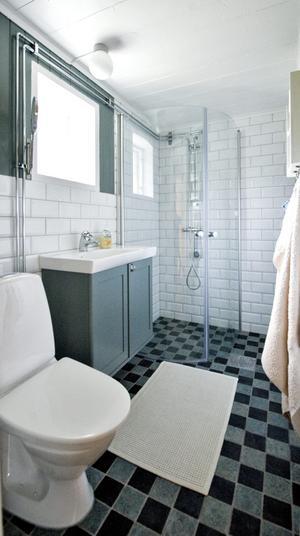"""Ett modernt badrum är skönt att ha på semestern. Kakel och interiör är valt med omsorg för att ändå inte förstöra känslan av """"gammal stuga på landet""""."""