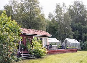 Orangeriet och växthusen har byggt ihop med hjälp av ett stort trädäck. Där tillbringar Berit en hel del tid.