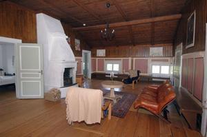 Katarina Janssons favoritrum är prästgårdens stora allrum som en gång i tiden ska ha använts som kyrksal.