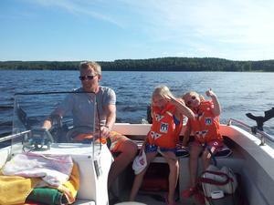 Äntligen är det sommar,  hälsar Thomas,  Ella och Tyra Ålund.