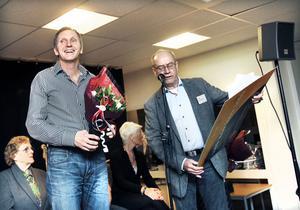 VINNARE. Helges föreståndare Lasse Hall fick på söndagen ta emot utmärkelsen som Årets Gävlebo av Arbetarbladets redaktionschef Sven Johansson. Sedan begav han sig ut på sitt första uppdrag: Att inviga bocken.