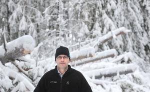 Mellanskogs områdeschef Jonas Geholm besökte på tisdagen Ryggesboberget norr om Edsbyn, där stormskadorna är stora.