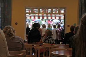 Barnen väntade i matsalen på sin tur att sjunga.