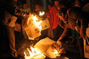 Anhängare till Ecuadors president Rafael Correa bränner tidningen El Universo i februari i år. Pressfriheten i landet är begränsad.