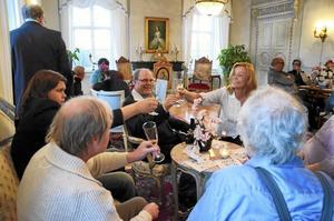Mingel. Det är jubileumsmiddag för företaget Yxe Herrgård, och föreståndaren Gunilla Willenfors skålar i Pommac med några av de boende.Foto: Kerstin Schönström
