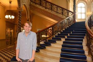 Christoffer Carlsson på Knaust, där han tog emot priset Årets deckare.