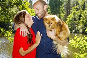 Jessika Eriksson och Andreas Jakobsson trivs med att jobba ihop med huset. Hunden Laban gillar att vara med.
