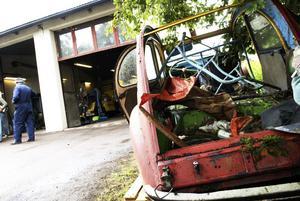 Sista färden? På bilverkstaden står denna bil, som är så gammal att den har bakvända dörrar. – Man sparar varenda liten del, ingenting från en 2CV ska slängas, säger funktionären Håkan Svedlund som finns på plats för att fixa bilar. Foto:Stina Rapp