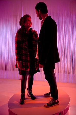MÖTE EFTER DÖDEN. Caroline Johansson Kuhmunen som Anne Frank och Josef Törner som Zef Bunga när Teater Fredag låter ett offer för albanska blodsfejder möta ett offer för nazismen.