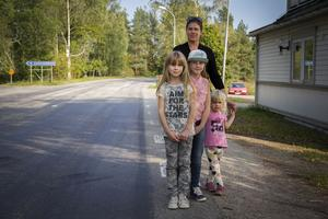 Anna Svahn är tillsammans med barnen Asta, Irma och Märta glada att få en cykelväg.