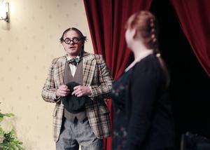 Den oäkta sonen. Den oäkta sonen Henrik Fjellner är pjäsens riktiga sötnos.
