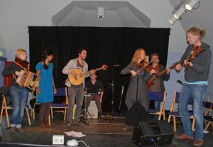Vals från Rättvik och La turlutte de rotoculteur, en låt från Kanada kommer att spelas under konserterna i dag i Folkmusikens hus med Ethno on the road.